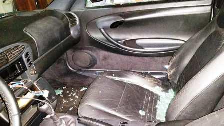 Macchina turisti in via Plebiscito devastata per rubare radio