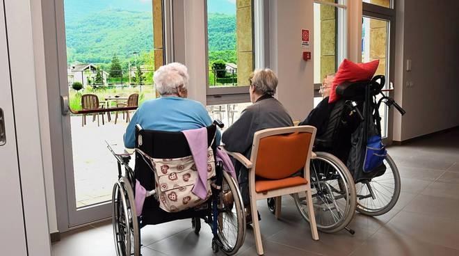 Anziani maltrattati ed insultati in una casa di riposo
