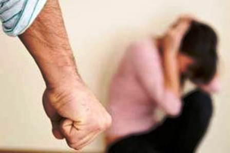 Segregata in casa, dopo violenze. Donna scappa e denuncia il compagno