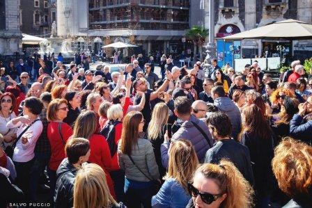 Catania Vintage, in migliaia al flash mob in piazza Duomo