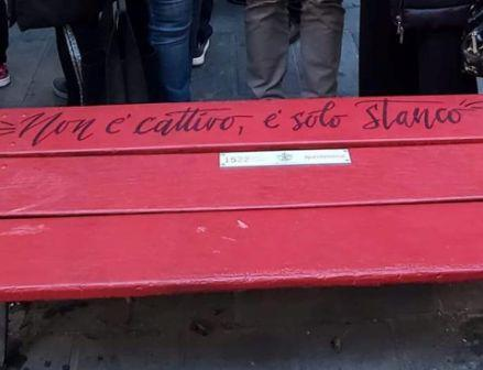 """Panchina rossa, scritta shock: """"Non è cattivo, è solo stanco"""""""